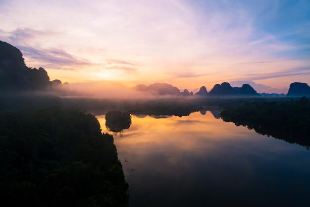 아침 안개 안개에 하늘에 대 한 아름 다운 호수의 공중 보기 무인 항공기 산 숲 위로 비행 무인 항공기 풍경 높은 각도 보기 동적 공중 샷 놀라운 자연 보기입니다.