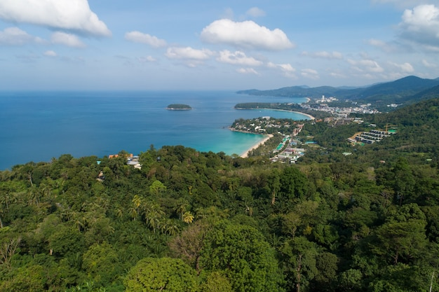 카타(kata)의 아름다운 풍경 3베이 뷰 포인트, 태국 푸켓 섬의 카론 비치 뷰포인트(karon beach viewpoint), 푸켓(phuket)의 아름다운 랜드마크 여행 장소 뷰 포인트의 공중 뷰 드론.