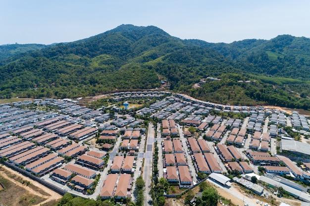 タイの現代住宅村の空撮ドローンショット。