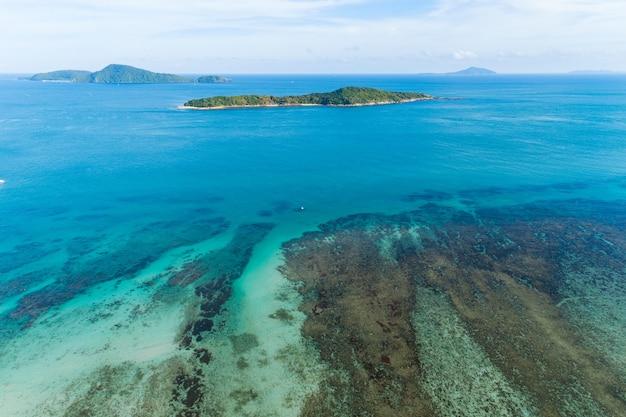 태국 라와이 해변에서 열 대 바다의 공중 보기 무인 항공기 아름 다운 풍경 안다만 바다와 여름 시즌에 작은 섬 아름 다운 여행 배경 및 웹사이트 디자인 자연 보기입니다.