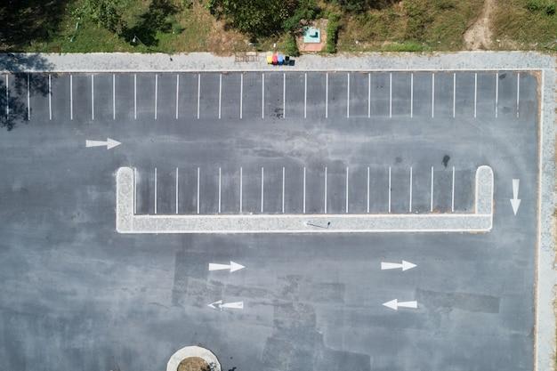공중 보기 무인 항공기는 공원에 있는 빈 주차장 야외 차량의 탑 뷰 샷입니다.