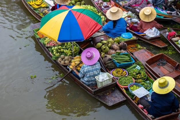 航空写真タイの有名な水上マーケットダムヌンサドゥアック水上マーケットラチャブリタイ