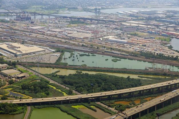 Вид с воздуха, полет над развязкой шоссе вид сверху транспортной развязки ньюарк, штат нью-джерси, сша