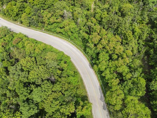 산 녹색 나무 위의 도로에 자동차가 있는 공중 보기 숲 자연, 위에서 내려다보는 탑 뷰 도로 곡선, 산 녹색 숲을 통과하는 조감도 도로 아름다운 신선한 환경