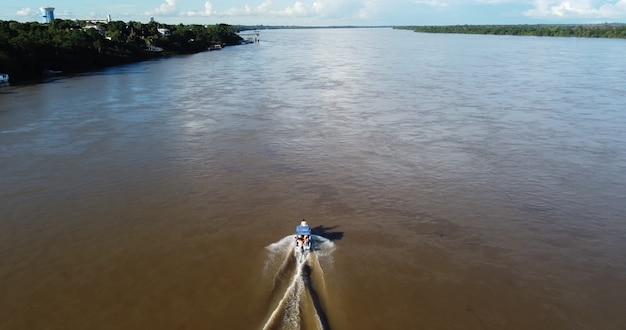 로라이마 보아 비스타의 리오 브랑코에서 항해하는 보트에서 공중 전망.