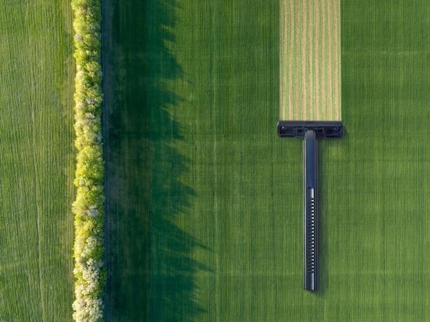 일회용 면도기로 면도하는 과정이 있는 녹색 농경지 위의 드론에서 공중 보기. 자연 크리에이 티브 배경입니다.