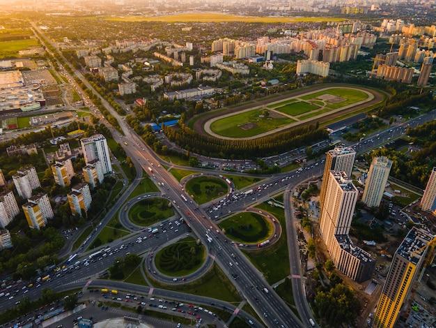 Вид с воздуха с дрона на шоссе в городе на закате