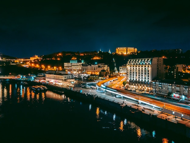 夜の堤防とキエフの中心部のドローンからの空撮