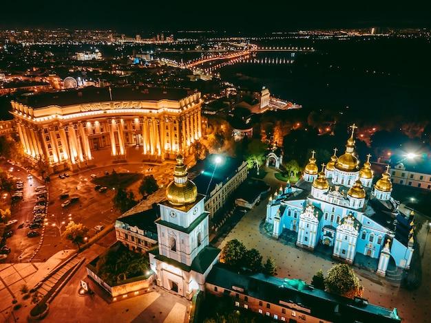 Вид с воздуха с дрона монастырь святого михаэля золотого в киеве