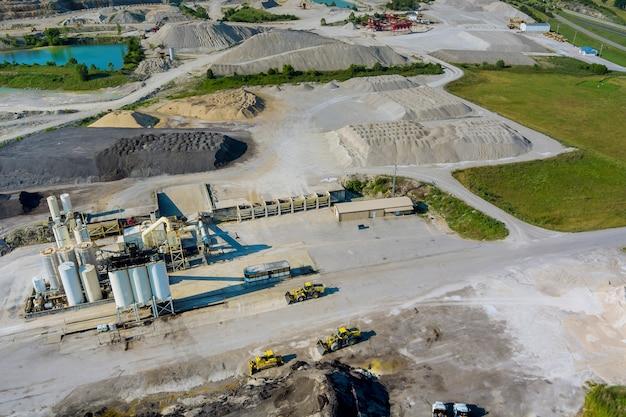 機械が稼働している露天掘り採石場の上からの空中写真