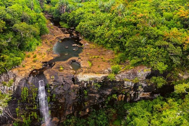 モーリシャス島の熱帯のジャングルにあるタマリン滝の7つのカスケードの上からの空中写真。