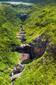 Вид сверху на семь каскадов водопада тамарин в тропических джунглях острова маврикий.