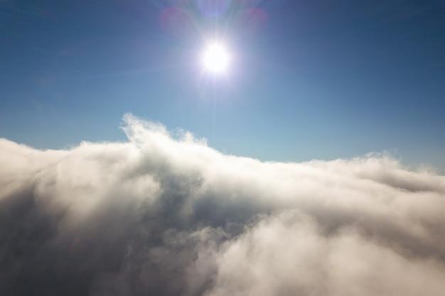 白いふくらんでいる雲の上からの空中写真。