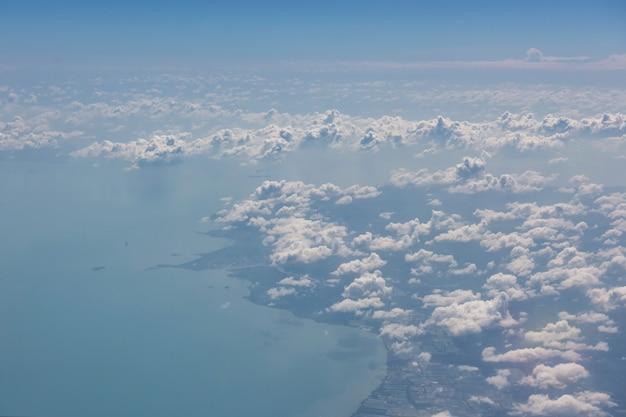 飛行機の窓の雲からの空撮