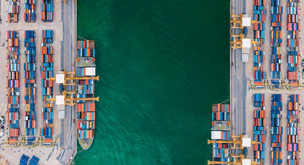 ドローンからの航空写真コンテナ貨物船のロジスティクスと輸送および貨物の輸出入