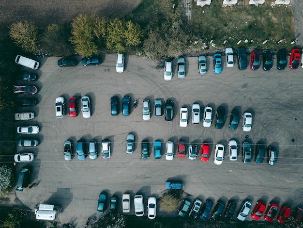 車の駐車場のドローンからの空撮