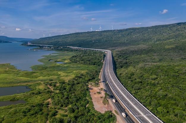 道路のドローン、mittraphap道路、ナコンラチャシマー、タイからの空撮