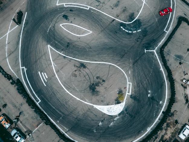 자동차로 표류하는 스포츠 트랙의 드론에서 공중 보기