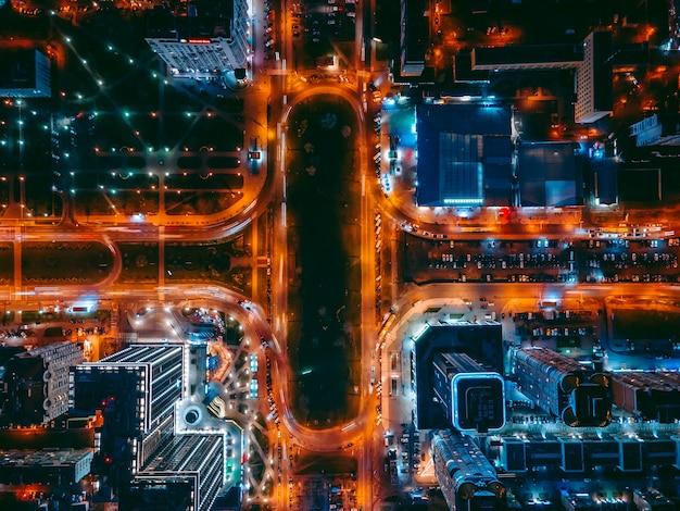 밤 도시에 무인 항공기에서 공중 보기