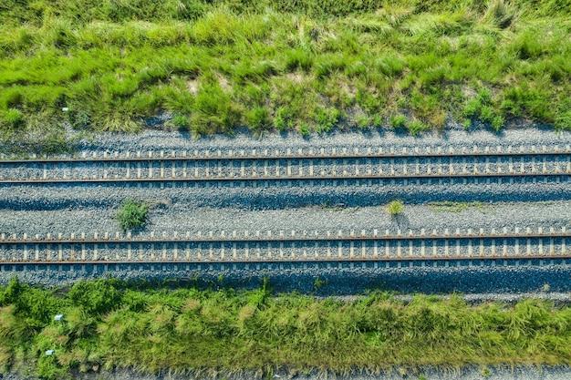 Вид с воздуха от летающего беспилотника железнодорожных путей