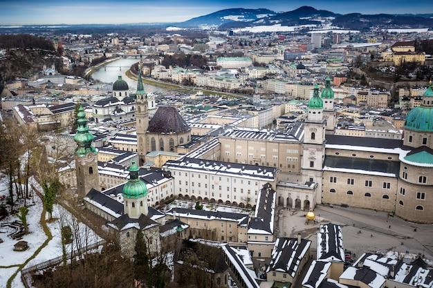 Вид с воздуха из замка хоэнзальцбург на город зальцбург