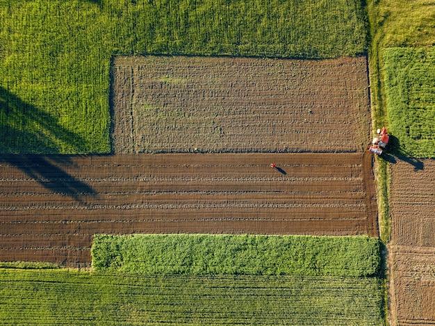 ドローンからの空中写真、道路を通る農地の鳥瞰図