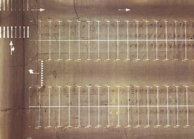 ポインティングマークのある空の駐車場のドローンからの空中写真。上面図