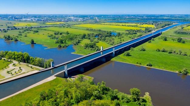 Magdeburg water bridge germany의 무인 항공기에서 공중보기