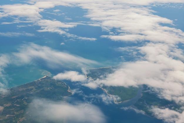 푸 켓, 태국에서 섬과 안다만 바다 위에 구름의 비행기에서 공중보기. 비행기로 휴가 휴가.