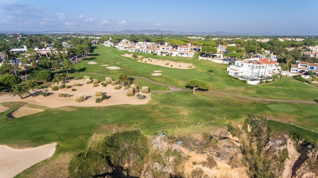空中。観光の町ヴァレデロボのゴルフコースで空からの眺め。ヴィラモウラ。