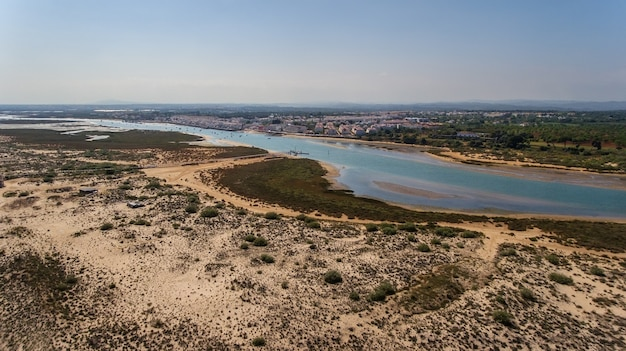 空中。ポルトガル、カバナスタヴィラ村の空からの眺め。 Premium写真