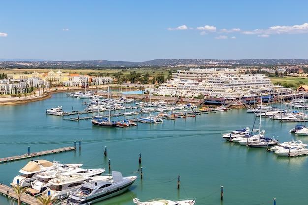 Aerial. вид с неба на пристань для яхт и яхту виламоура. алгарве