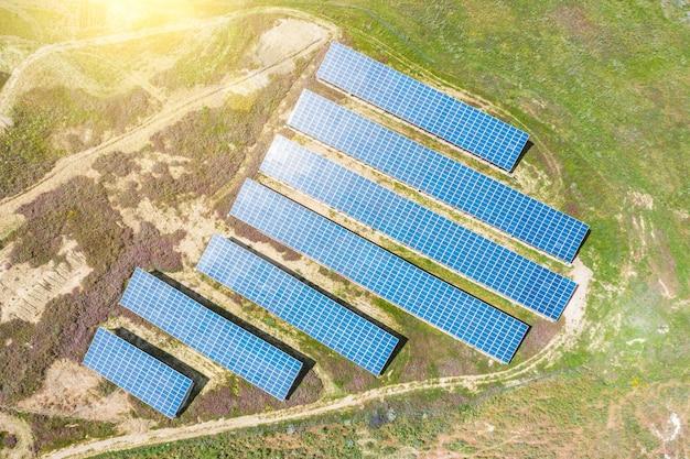 Вид с воздуха зеленый сельский пейзаж и солнечная фотоэлектрическая панель.