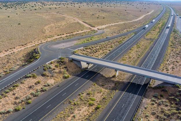 米国ニューメキシコ州サンジョン近くの砂漠にある州間高速道路の空中写真