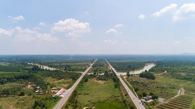 Вид с воздуха дорога движения по шоссе с автомобилями, вид сверху, вид с воздуха на дорогу и горизонт.