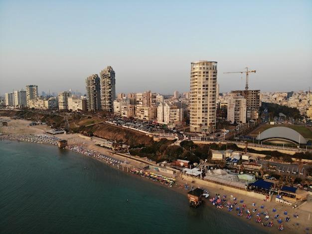 Вид с воздуха в израиле. тель-авив, район бат-ям. создан дроном с удивительной точки зрения. другой угол для ваших глаз. ближний восток, holyland.