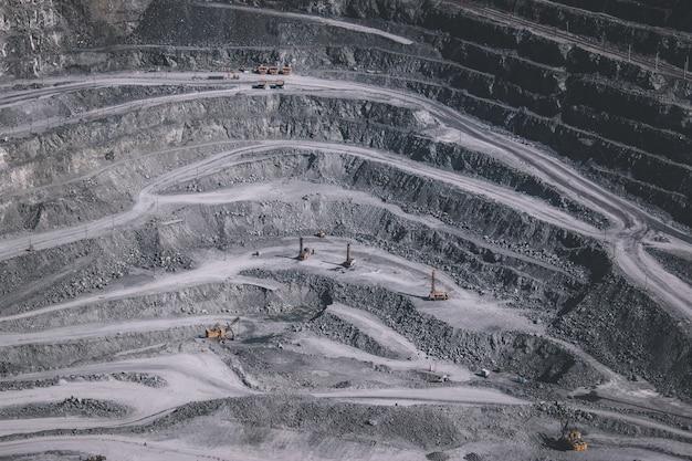 직장에서 많은 기계가 있는 노천 채광 채석장의 공중 전망 - 위에서 볼 수 있습니다. 석회, 분필, calx, caol 추출