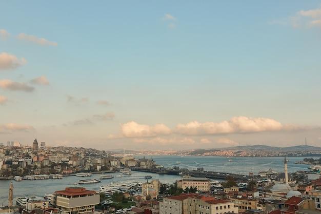 Вид с воздуха на исторический центр стамбула. каракёй, бейоглу и фатих с видом на галатский мост и залив золотой рог. стамбул, турция