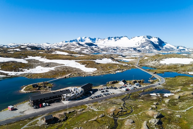 Vista aerea del centro sciistico lakeside circondato da aspri paesaggi montani in norvegia