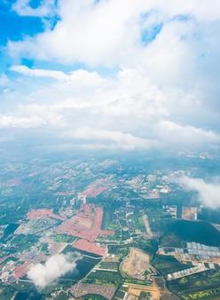 Вид с воздуха с видом на город бангкок в таиланде с облаком
