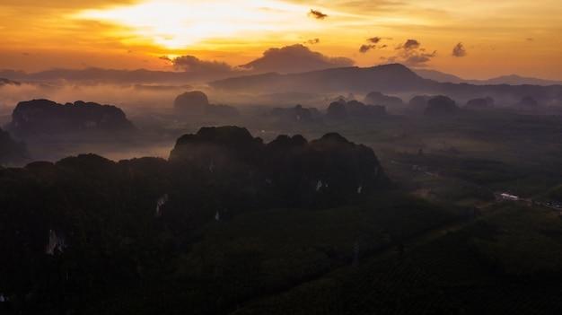 Вид с воздуха горы в сумерках время, краби, таиланд