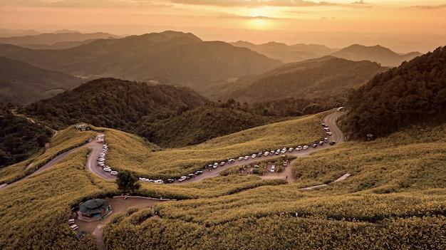 Аэрофотоснимок горы в сумерках время цветок природы tung bua tong мексиканское поле подсолнечника, mae hong son, таиланд