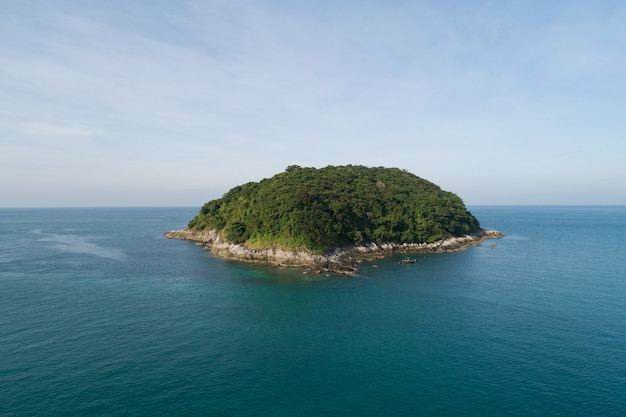 푸른 하늘 배경에 열 대 바다에서 작은 섬의 공중 보기 풍경 태국 푸켓에서 놀라운 작은 섬.