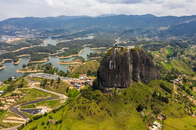 Пейзаж с высоты птичьего полета на скалу гуатапе, пьедра-дель-пенол, колумбия.