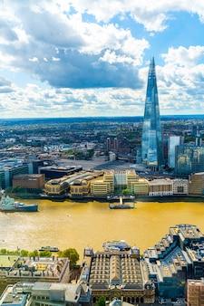 テムズ川と空撮ロンドンシティ