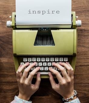 Vista aerea di un uomo che scrive su una retro macchina da scrivere