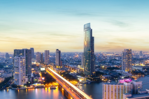 Современные офисные здания с высоты птичьего полета в центре города бангкок со временем заката, бангкок, таиланд