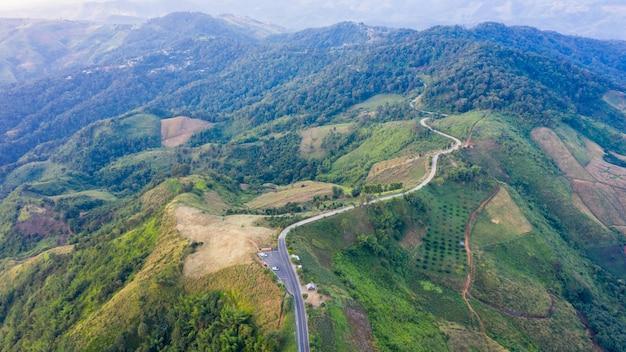 Вид с воздуха на горные тропы, сельская дорога между городом и долиной в дои чанг чианграй, таиланд
