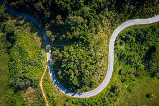 Вид с воздуха на горные тропы, сельская дорога между городом в дои чанг чианграй, таиланд