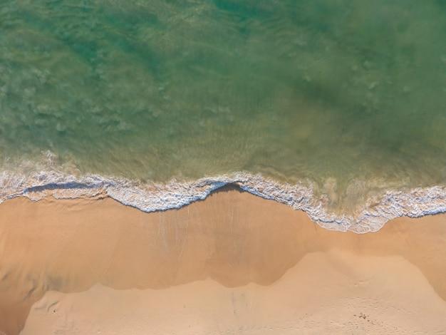 Вид с воздуха природа море. бирюзовое море и пляжный песок в копировальном пространстве, вид с воздуха